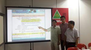 胡栋强(左起)、黄志毅及许翔茗在记者会上出示槟岛市政厅所批的发展计划文件。
